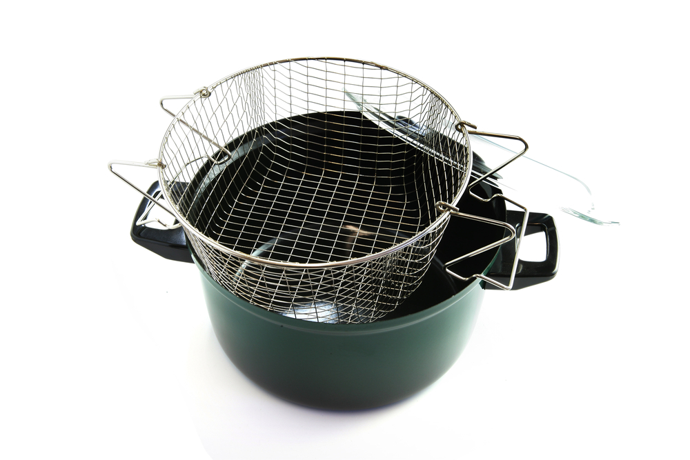 Cleaning the frying basket